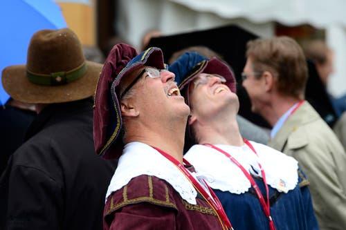 Zwei Besucher beobachten eine Flugshow während den Feierlichkeiten zum Volksfest 700 Jahre Schlacht am Morgarten. (Bild: Keystone/Urs Flüeler)