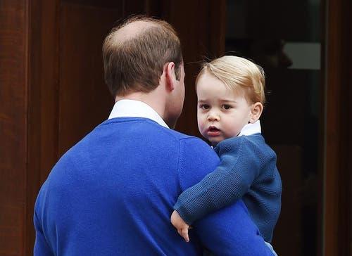 Er hat ein Schwesterchen bekommen: Prinz George, das erste Kind von Prinz William und Herzogin Kate, hier auf den Armen seines Vaters. (Bild: Keystone)