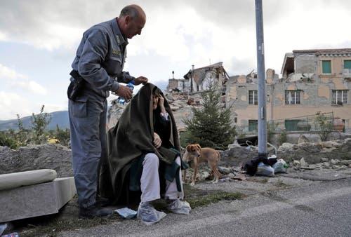 Ein Mann spendet Trost. (Bild: AP / Alessandra Tarantino)