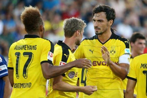Borussia Dortmunds Mats Hummels (rechts) und Pierre Emerick Aubameyang bejubeln das 4:0. (Bild: Philipp Schmidli)
