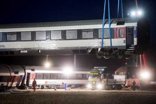 Nach dem Zugunglück mit sechs Verletzten im zürcherischen Rafz werden die Waggons mit einem Pneukran wieder auf die Gleise gehoben. (Bild: Keystone / Ennio Leanza)