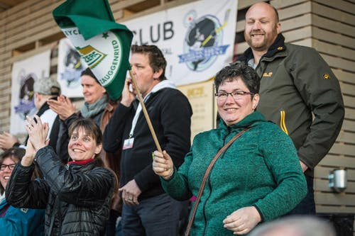 Fans aus dem Bernbiet freuen sich mit dem erfolgreichen Nachwuchs. (Bild: Christian Herbert Hildebrand, Zuger Zeitung)