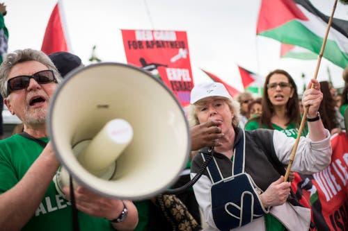 Lautstark legen sich die die palästinensischen Demonstranten ins Zeug. (Bild: KEYSTONE/ENNIO LEANZA)