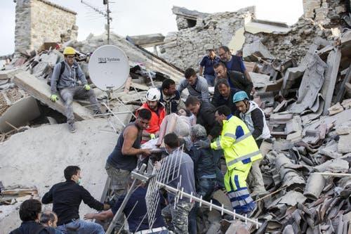 Eine verletzte Frau wird in Amatrice aus den Trümmern geborgen. (Bild: EPA / Massimo Percossi)