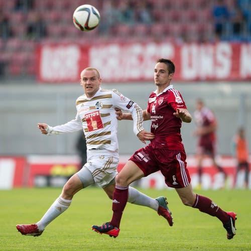 Luzerns Marco Schneuwly (links) im Duell mit Mario Sara vom FC Vaduz. (Bild: Keystone)