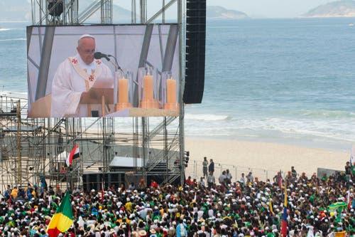 Übertragung des Gottesdienstes am Weltjugendtag in Brasilien. (Bild: Keystone)