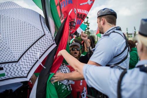 Eine anderer Gruppe demonstriert: Palästinensiche Aktivisten fordern den Ausschluss von Israel aus der Fifa. (Bild: KEYSTONE/ENNIO LEANZA)