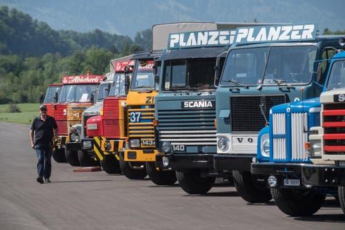 Die Besucher bestaunen die Oldtimer-Trucks. (Bild: Boris Bürgisser, Luzerner Zeitung / Alpnach, 27.05.2017)