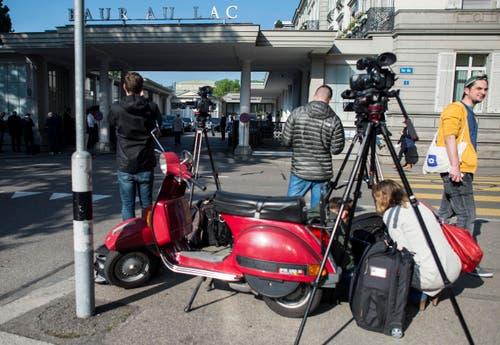 Grosser Medienrummel vor dem Hotel in Zürich: Ausgewählte amerikanische Medien waren im Voraus über die Verhaftung informiert worden. (Bild: Ennio Leanza / Keystone via AP)