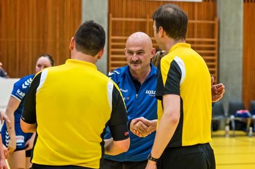 Damian Gwerder dankt den Schiedsrichtern. (Bild: Christian H.Hildebrand / ZZ)