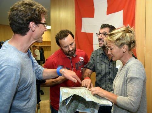 Susanne Hochuli (rechts) lässt sich die Nidwaldner Wanderkarte erklären. (Bild: Romano Cuonz (Neue NZ))