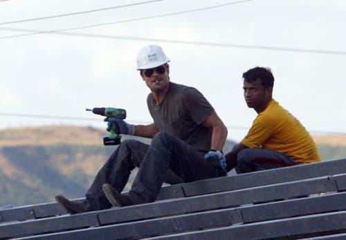 Prominenter Bauarbeiter: Brad Pitt baut 2006 im Rahmen eines Hilfsprojekt Häuser in Indien. (Bild: Keystone)
