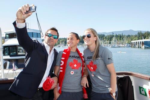 Ein Selfie fürs Poesie-Album: Der Team-Videoanalyst Michele Fraschina mit den Schweizer Spielerinnen Fabienne Humm (mitte) und Ana Maria Crnogorcevic. (Bild: KEYSTONE / SALVATORE DI NOLFI)
