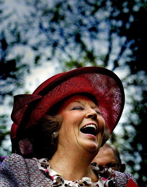 Während die holländische Königin Beatrix am 30. April 2005, dem Königinnentag, durch Scheveningen läuft, hat sie allen Grund zum Lachen. (Bild: Keystone)