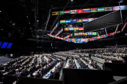 Drinnen tagt derweil der 65. Fifa-Kongress. (Bild: EPA/PATRICK B. KRAEMER)