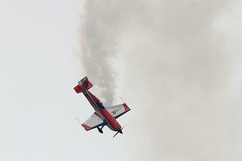 Die Französin Catherine Maunoury beim Demonstrationsflug Extra C 330. (Bild: Francois Mori)