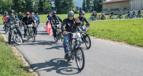 In allen Formen kamen die Motorfahrzeuge in Alpnach an. (Bild: Boris Bürgisser (LZ))