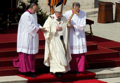 Hilfe für den neu geweihten Papst auf den Treppen im Vatikan. (Bild: Keystone)