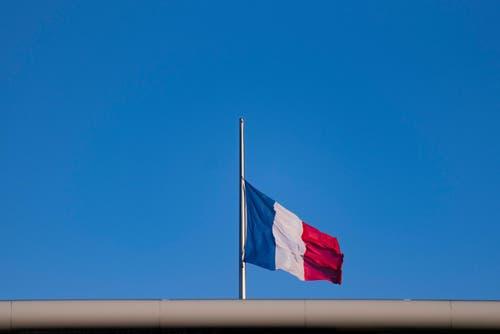 Die tricolore der französischen Botschaft in Berlin steht auf Halbmast. (Bild: EPA/Gregor Fisher)