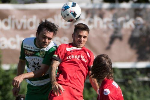 Der Krienser Fisnik Hasanaj, links, im Kampf um den Ball gegen Thuns Matteo Tosetti. (Bild: Keystone / Marcel Bieri)