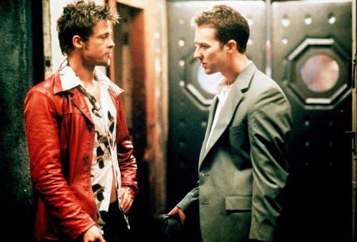 """Prügeleien als Lebensmotte: Mit der Rolle als Tyler Durden in """"Figth Club"""" legt Brad Pitt sein Schönlingsimage ab, hier mit Co-Star Edward Norton (1999). (Bild: Keystone)"""