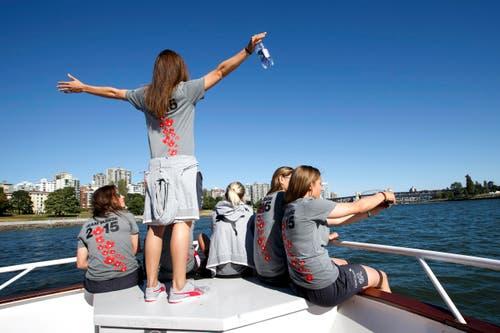 Ramona Bachmann (links) schaut zu Vanessa Bernauer (2.v.l.), die die Arme weit ausbreitet. Mit an Bord sind auch Lara Dickenmann (3.v.l.), Barla Deplazes (2.v.r.) und Sandra Betschart (rechts). (Bild: KEYSTONE / SALVATORE DI NOLFI)