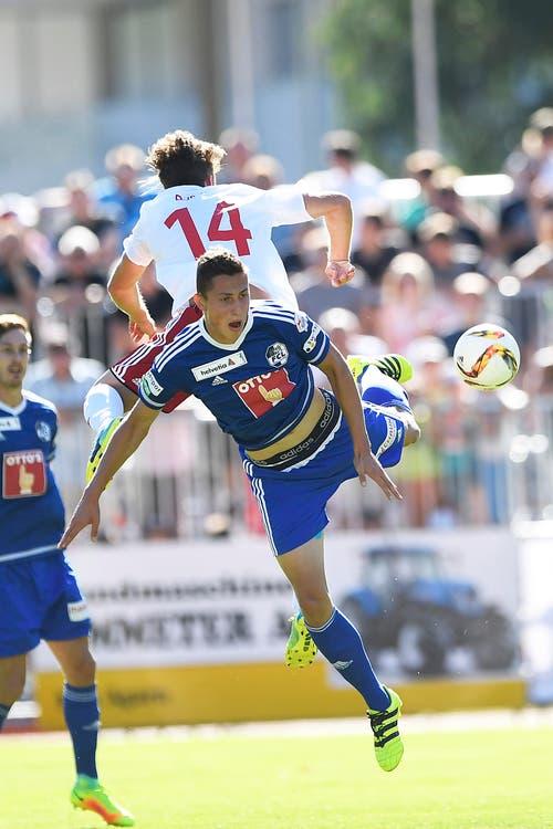 Nils Ryser vom FC Naters (oben) kämpft gegen Remo Arnold um den Ball. (Bild: OLIVIER MAIRE)