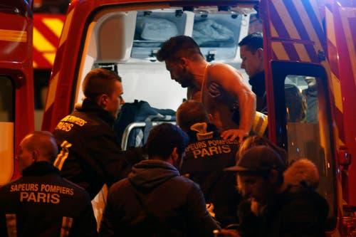 Ein verwundeter Mann wird in den Rettungswagen getragen. (Bild: EPA/Etienne Laurent)