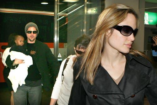 Erwischt: Kaum von Jennifer Aniston geschieden, wird Brad Pitt an der Seite von Angelina Jolie gesehen (2005). Im Arm hält er deren Adoptivtocher Zahara, für die er noch im selben Jahr einen Adoptionsantrag stellt. (Bild: Keystone)