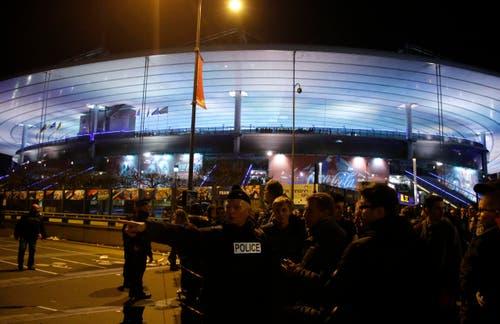 Polizisten riegeln das Gelände rund um das Stade de France ab. (Bild: Michel Euler)