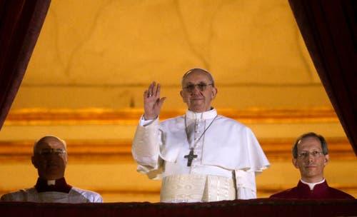 Am 13. März 2013 winkt der neue Papst vom Balkon: Er hat den Namen Franziskus gewählt. Die Masse musste etwas länger warten auf ihn, weil er sich weigerte, die pompösen Papst-Kleider anzuziehen und stattdessen in schlichtem Weiss auf den Balkon treten wollte. (Bild: Keystone)