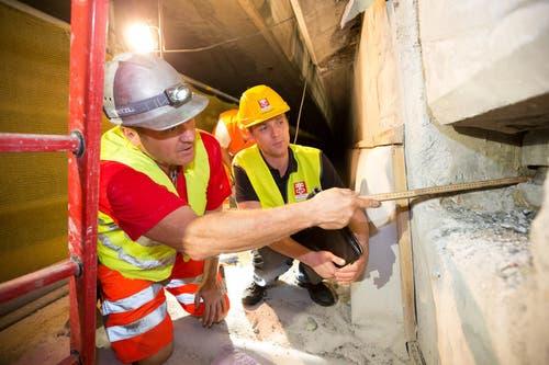 Die Besichtigung der Baustelle Acheregg begleiten Daniel Heinz Javet (links), Polier Implenia und Niklaus Studer, Projektleiter Baudirektion Nidwalden. (Bild: Roger Zbinden / Neue NZ)