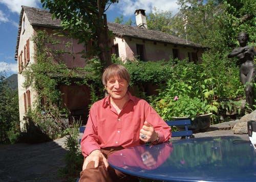 Im Herzen ein Tessiner: Der gebürtige Deutschschweizer Dimitri vor seinem Haus in Borgnone 1995. (Bild: Keystone / Karl Mathis)