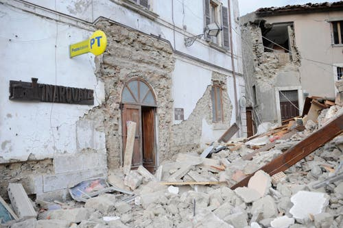 Das zerstörte Postgebäude in Arcuata del Tronto. (Bild: AP/ Sandro Perozzi)