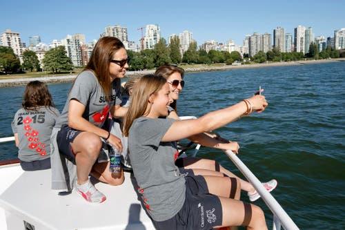 Die Spielerinnen Vanessa Bernauer (links), Sandra Betschart (Mitte) und Barla Deplazes machen ein Selfie auf dem Boot «Magic Charm». (Bild: KEYSTONE / SALVATORE DI NOLFI)