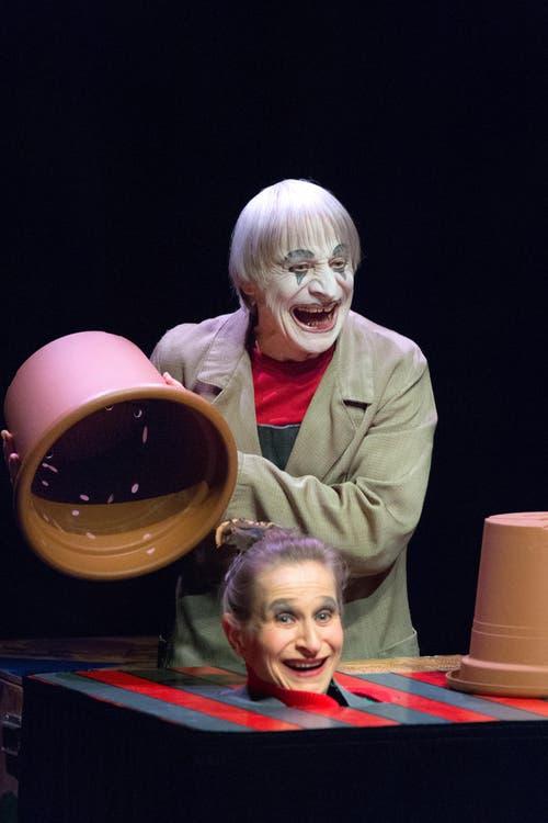 Clown Dimitri und Tochter Masha während der Präsentation des clownesken, musikalischen, burlesken, poetischen und artistischen Stücks «DimiTRIgenerations» der Familie Dimitri. (Bild: Keystone / Carlo Reguzzi)