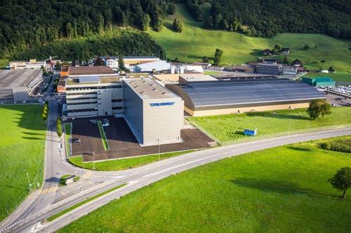 Das neue Logistikgebäude der Pilatuswerke in Stans. Vorne (mit Schriftzug) das Hochregallager. Links daran angebaut die Arbeitsplätze für Logistik, im obersten Stock ist das neue Personalrestaurant mit Oberlicht. (Bild: PD)