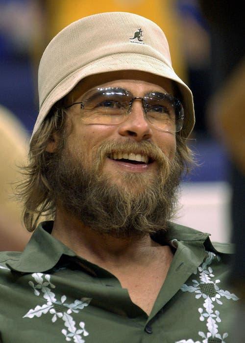 Auch ein ungepflegter Bart macht ihn nicht unattraktiv: Brad Pitt als Zuschauer eines Basketballspiels in Los Angeles (2002). (Bild: Keystone)