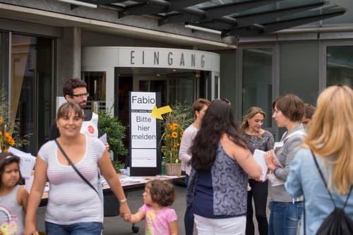 Menschen treffen im Kantonsspital Nidwalden in Stans ein. (Bild: KEYSTONE/Urs Flueeler)