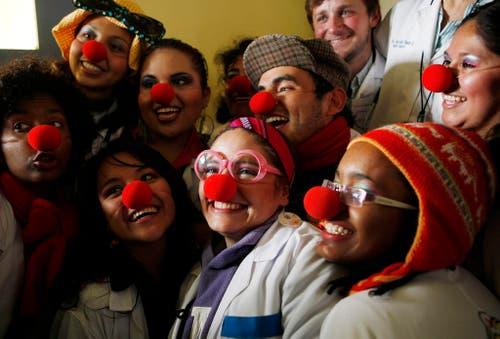 Bolivianische Ärzte und Studenten posieren nach einer Lektion Humortherapie für ein Foto. (Bild: Keystone)