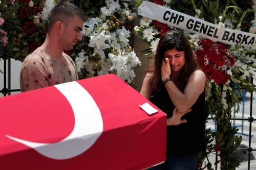 Die Menschen verabschieden sich bei einer Beerdigung nach den Anschlägen in Istanbul. (Bild: AP Photo/Lefteris Pitarakis)