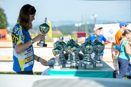 Ein Helfer präpariert die Pokale für die Sieger der jeweiligen Kategorien. (Bild: Dominik Wunderli / Neue LZ)
