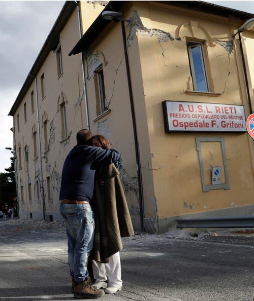 Trost spenden in Amatrice. (Bild: AP / Alessandra Tarantino)