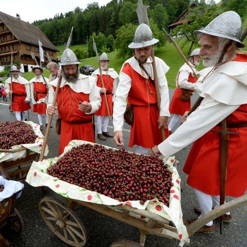Die Nidwaldner Landsknechte in Uniform während den Feierlichkeiten zum Volksfest 700 Jahre Schlacht am Morgarten. (Bild: Keystone/Urs Flüeler)