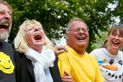 Menschen in Zürich lachen herzhaft, am Samstag, 30. April 2011, dem Internationalen Tag des Lachens. (Bild: Keystone)
