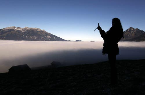 Die Nebelgrenze verzaubert die Landschaft und liegt hier bei Sachseln im Kanton Obwalden auf rund 800m Höhe. (Bild: Keystone)