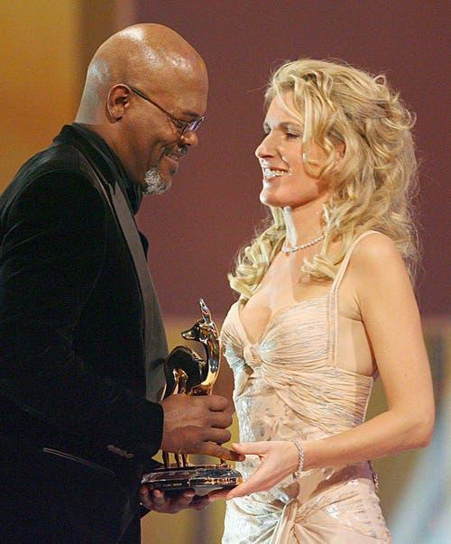 """Maria Furtwängler überreicht dem amerikanischen Schauspieler Samuel L. Jackson den Bambi in der Kategorie """"Bester internationaler Schauspieler"""", am 30. November 2006. (Bild: Keystone)"""