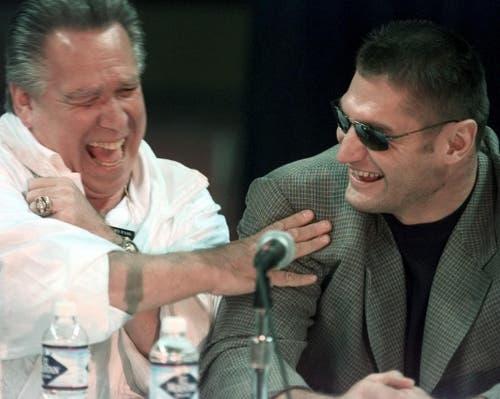 Boxer Andrew Golota (rechts) und sein Manager Gary Shaw brechen am 17. Oktober 2000 während einer Pressekonferenz im Vorfeld des Kampfes gegen Mike Tyson in Gelächter aus. (Bild: Keystone)