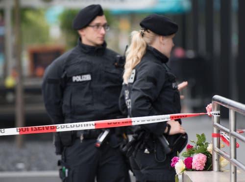 Blumen in der Nähe des Tatorts. (Bild: AP/Sebastian Widmann)