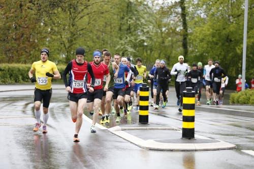 Die Läufer in Aktion. (Bild: Patrick Hürlimann (Neue Zuger Zeitung))